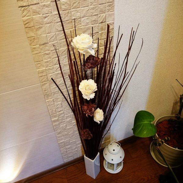 お花だけだと何か物足りないようなところに、カラーをあわせたランタンを置くことによって、ちょっとアクセントになっていますね。