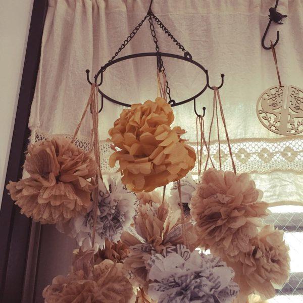 ペーパーポンポンをフックに引っかけて飾ってもおしゃれですね。たくさんかけるとふわふわと華やかな印象に。