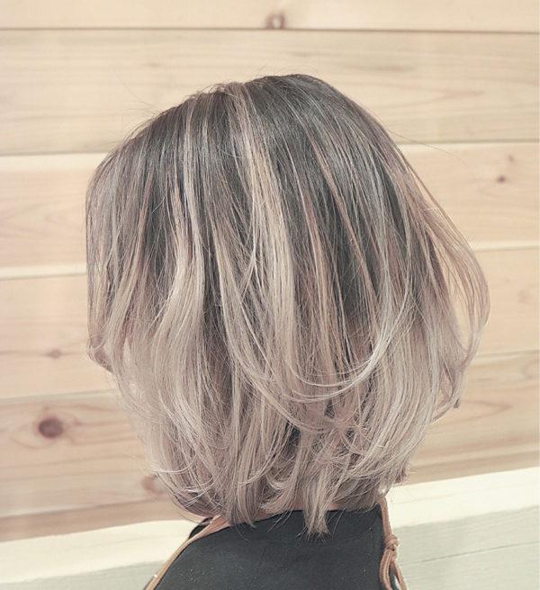 根元に暗さが残っているので、髪の自然な退色のような印象にもなり、べたっと同じカラーで明るくなっているよりも自然でオシャレな仕上がりです。
