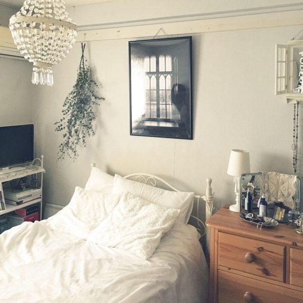 どこかシックなイメージをもたらすインテリアコーディネートです。白いアイアンベッドと白いお布団が、清潔感あふれていて素敵ですね。