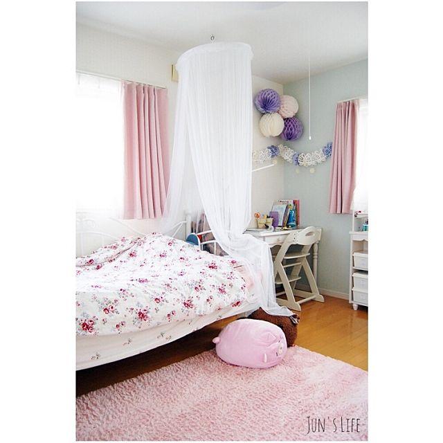 ピンクのカーテン。お部屋全体をピンクで統一していて女の子らしい子供部屋ですね。ピンクのクッションもかわいい!