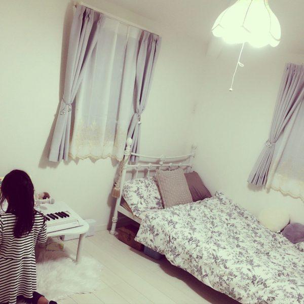 ホワイトのアイアンベッドにカラーリングを合わせて、インテリアも淡いカラーで。フェミニンなイメージのお部屋が出来上がりますね。落ち着いた感じも大人っぽくて素敵です。