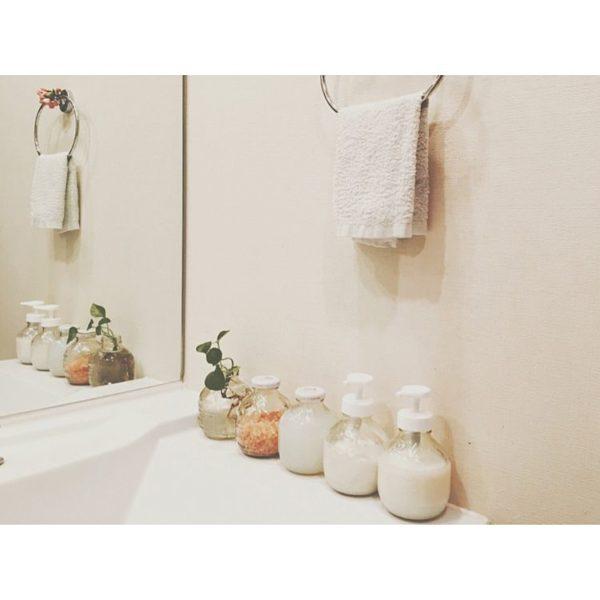 シンプルに清潔さを保ちたい洗面所。形を揃えた容器に入れた化粧品と一緒に、さりげなくグリーンも添えて。