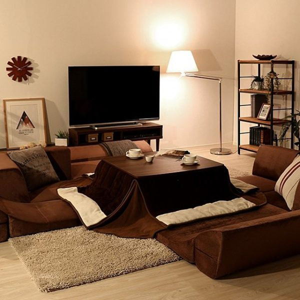 低い家具を置いた実例がこちら。ソファはローソファーで、テーブルはこたつです。こたつのように和風の生活には空間を広く見せる効果があります。椅子を置くとそれだけ家具と天井の距離が短くなり、天井が高く見えません。ソファを置くなら、座椅子のようなローソファーがおすすめです。