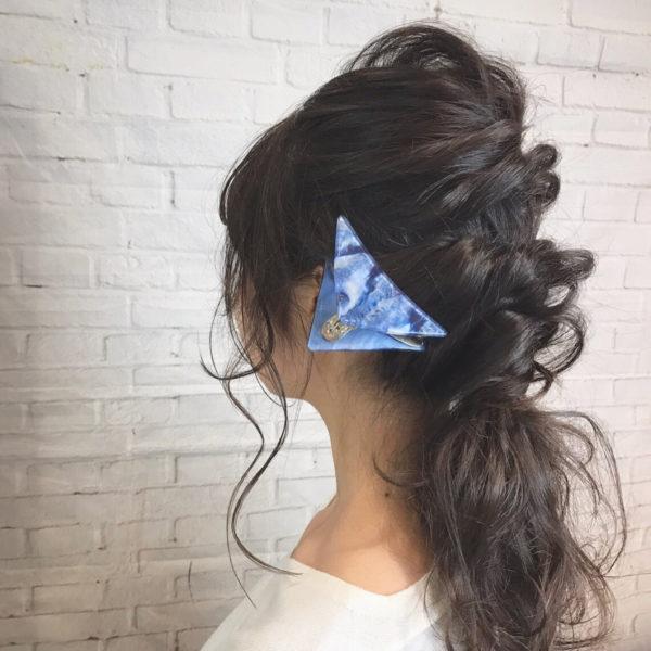 無造作に編み込みをして三角クリップでおしゃれをプラス!ブルーの三角クリップは、春らしさを感じられますね。簡単にヘアアレンジできるのはうれしい♪