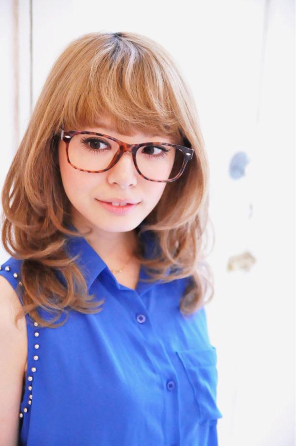 くるっとカールをしてフェミニンに演出。ふわっとした女の子らしさが魅力的ですね。髪の明るいカラーがおしゃれです。