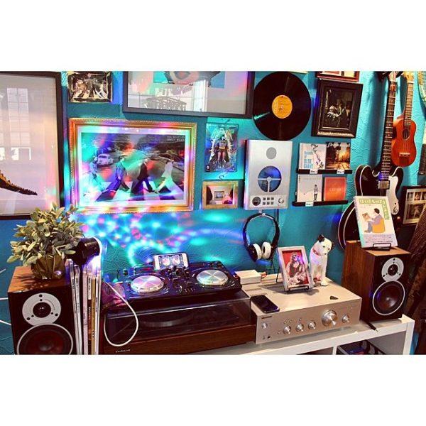 ランダムに飾られた額の中に、むき出しのディスクやギターがアクセントになった、海外インテリアにありそうなお洒落な壁の演出が格好いいですね!