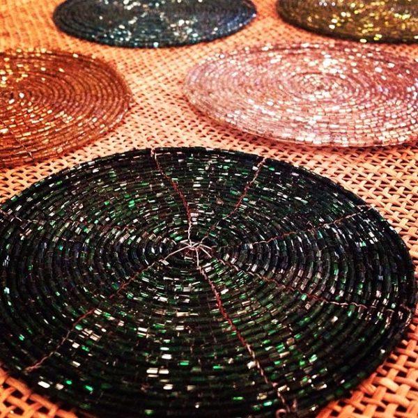 キラキラ光る繊細なビーズが美しいコースター。円状に光るビーズが、どこかノスタルジックなカフェタイムになりそう♡