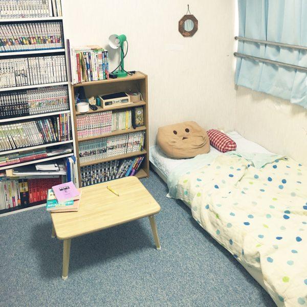 ベッドの位置を低くして、存在感のあるベッドの圧迫感をなくしています。これならベッドがあっても広く感じられますね。