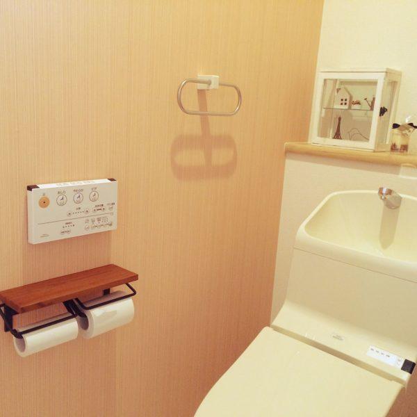個室空間のトイレは、じつは自分好みのインテリアを作りやすいお部屋なんです。シンプルでモダンなトイレインテリアも、エッフェル塔のミニチュアでおしゃれな雰囲気に。