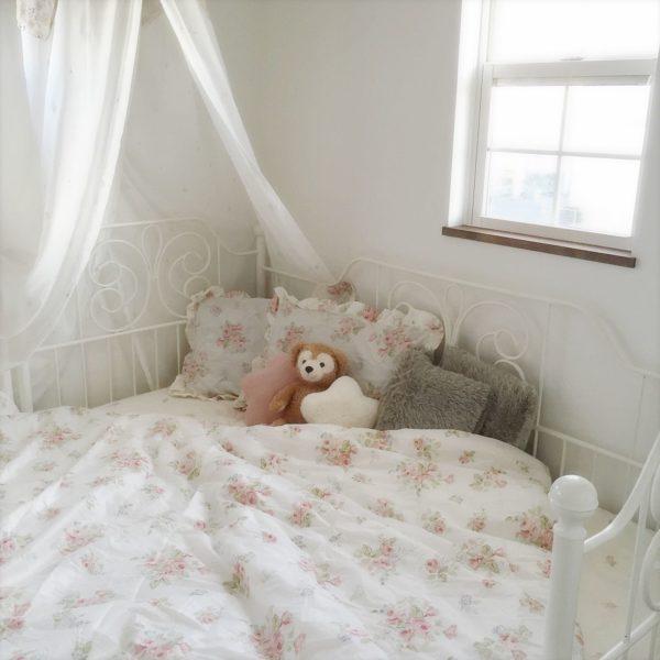 白いアイアンベッドに繊細なフラワーモチーフの布団を敷いて、お気に入りのぬいぐるみとともに。曲線のデザインもすてきで、ガーリーな寝室に仕上がっていますね。