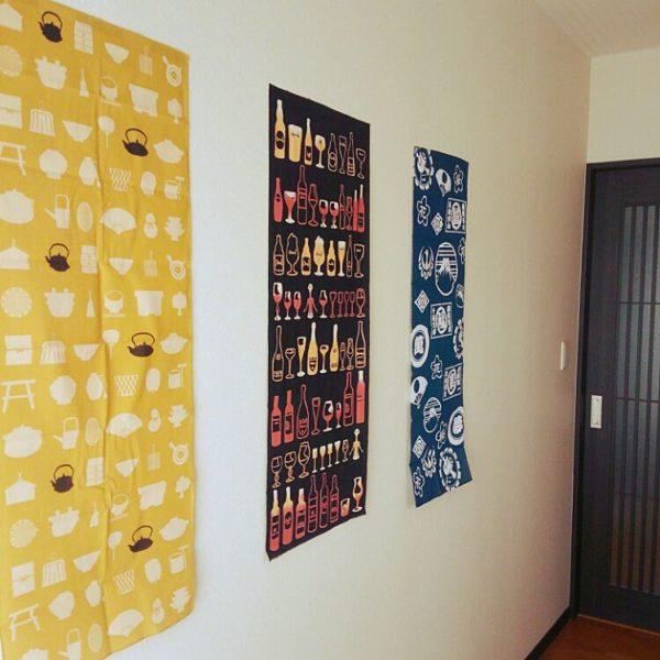 ポスターのように壁にそのまま貼ってしまうというのもアリです。3枚の手ぬぐいのうち、両端がセリアのもの。