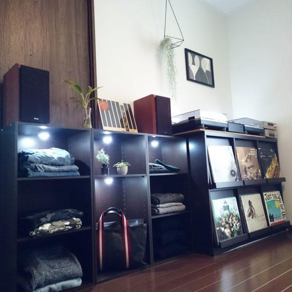 ターンテーブルの下にはお気に入りのレコードを見せる収納で、すっきり綺麗に見せていますね。服の収納にもこだわれば、まるでお店のような格好いい雰囲気に。
