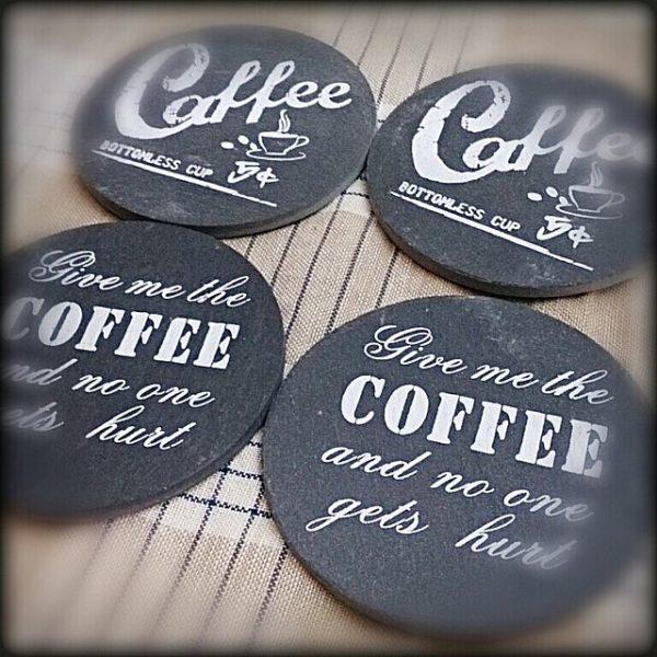 クールでお洒落なカフェにありそうな黒板にチョークで書いたような感じのコースター!お家がカフェみたいに♪
