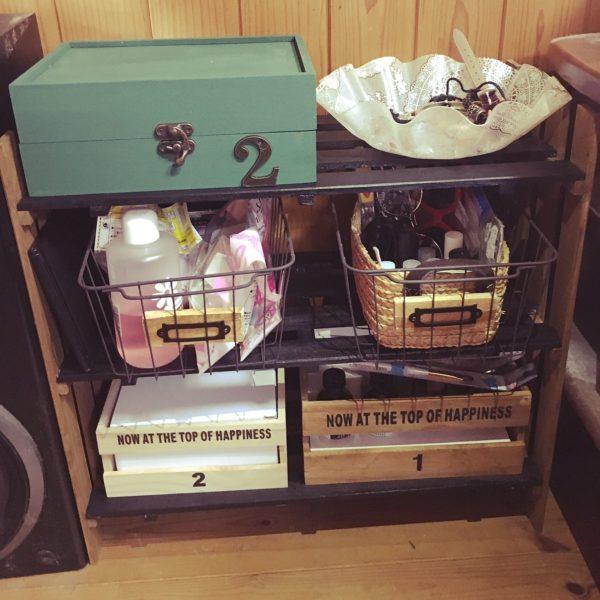 引き出しにする箱やかごを2つにしてもいい感じです。特にセリアのワイヤーネットはいい味がありますね。