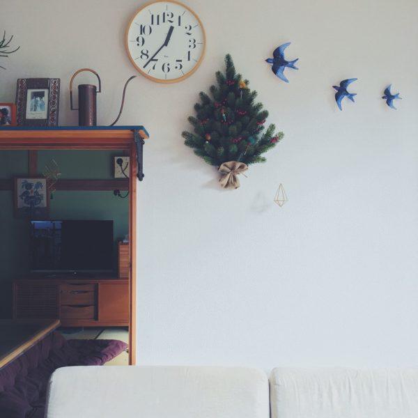 青い鳥や緑が繁るツリーが飾られたファンシーな雰囲気のお部屋でも、リキクロックなら変に浮いたりしません。丸い温かみのある形は、自然となじむものなんですね。