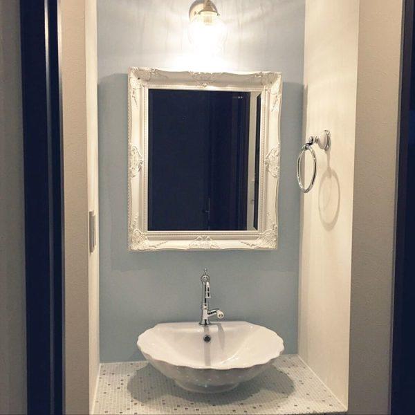 シェル型のボウルと華奢な蛇口がエレガントな雰囲気を漂わせています。装飾が美しいアンティーク調の鏡と合わせれば、レディな気分を毎朝味わえそうなお洒落な洗面台に仕上がっています。