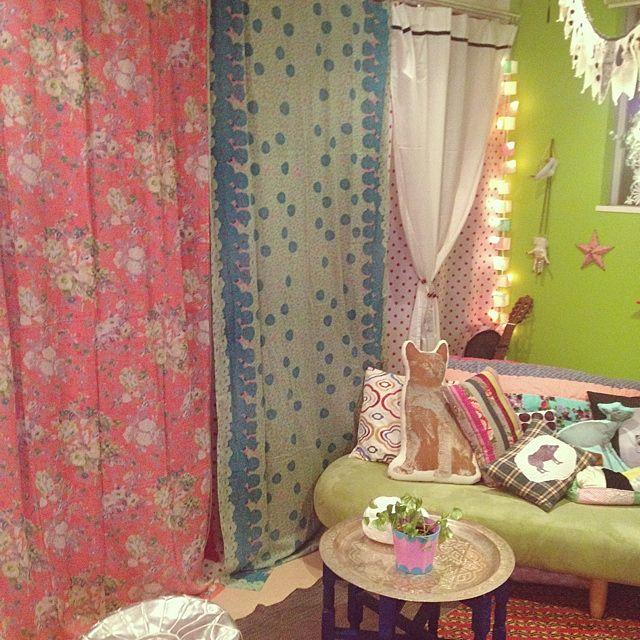 カラフルな色使いが乙女チックで可愛いこちらのお部屋。丸テーブルを置いてお部屋をさらにガーリーにしちゃいましょう♪