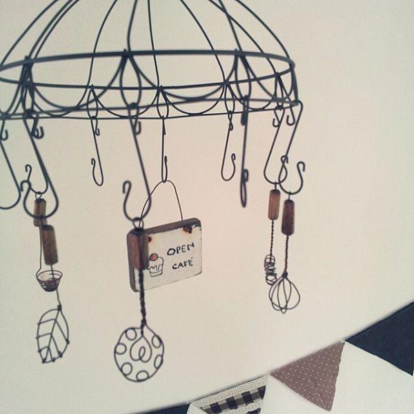 可愛いキッチンツールは、雑貨を飾ってもいいですし、ドライフラワーを吊るしてもカフェコーナーらしく素敵ですね♪