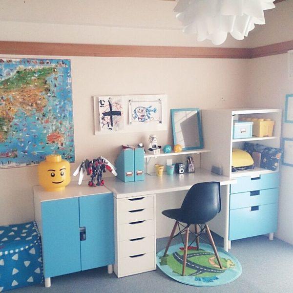 IKEAのシステムデスクを使ってつくった男の子の勉強部屋。水色のアクセントカラーがアクティブな雰囲気をつくっています。