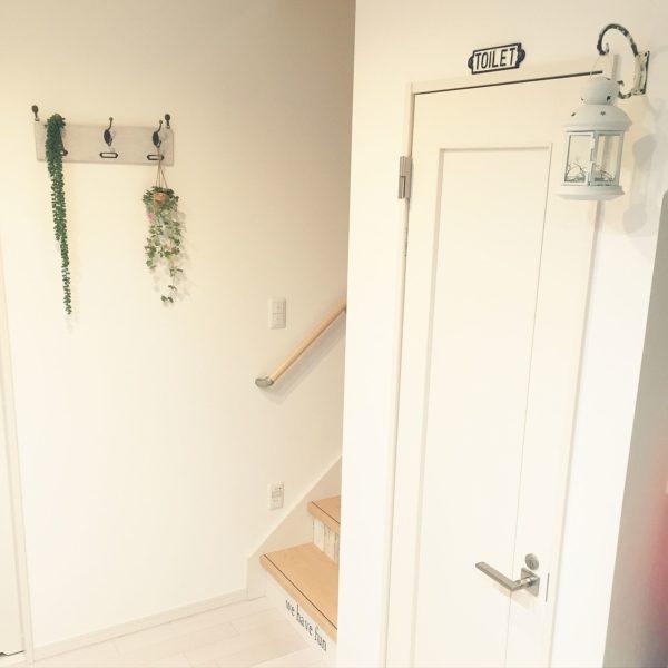 トイレのドアの上に可愛いフックを付けてランタンを吊るしています。ランタンの中には小さいLEDライトを入れていて夜に灯しているそうですよ。