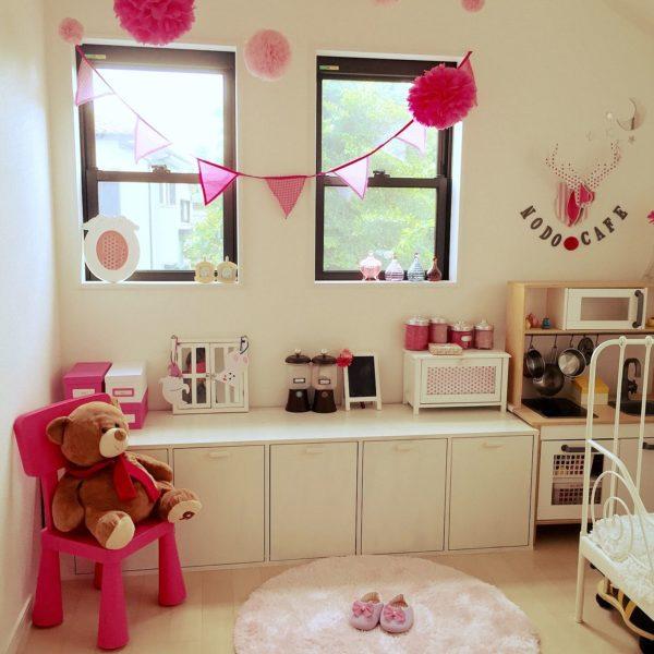 ピンクと白の可愛らしい子ども部屋ですね。ペーパーポンポンも大小さまざまなものを飾って可愛い雰囲気となります。