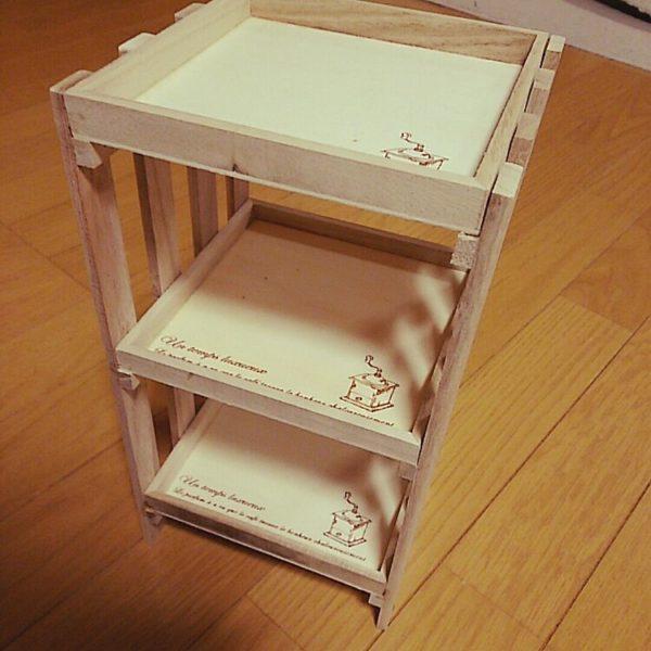 これは、キャンドゥで売っている木製箱トレイを棚板代わりに付けたタイプです。トレイに描いてあるイラストがオシャレですね。
