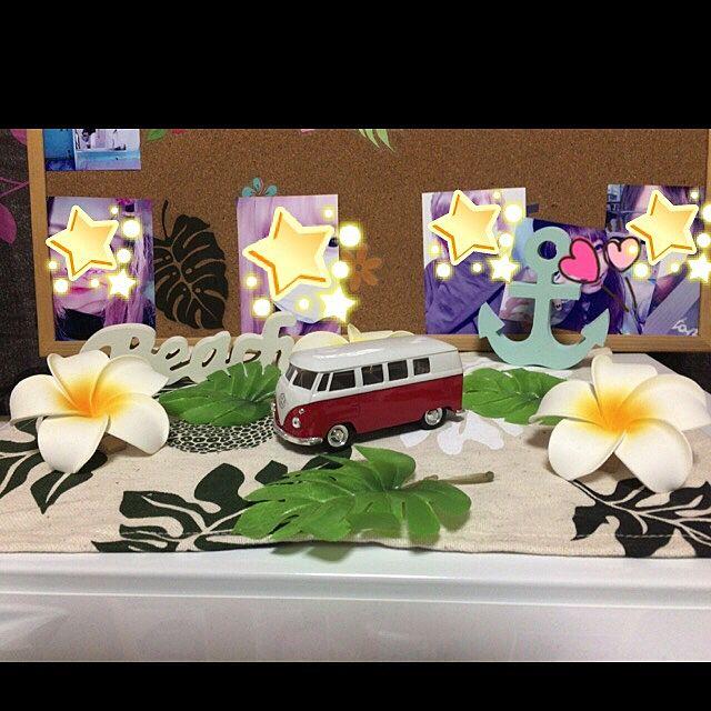 ワーゲンバスのミニカーは、ハワイアンなインテリアのアクセントにいい感じ♪こんな素敵な車に乗って、ハワイを観光してみたいですね。