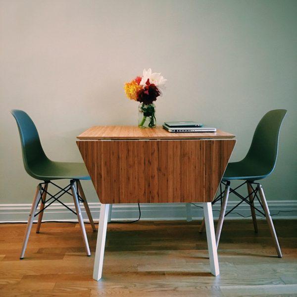 さっぱりとしたテーブルに、様々な色のダリアを1つの花瓶に挿して飾れば落ち着く空間となりますね。華やかさもプラスできます。