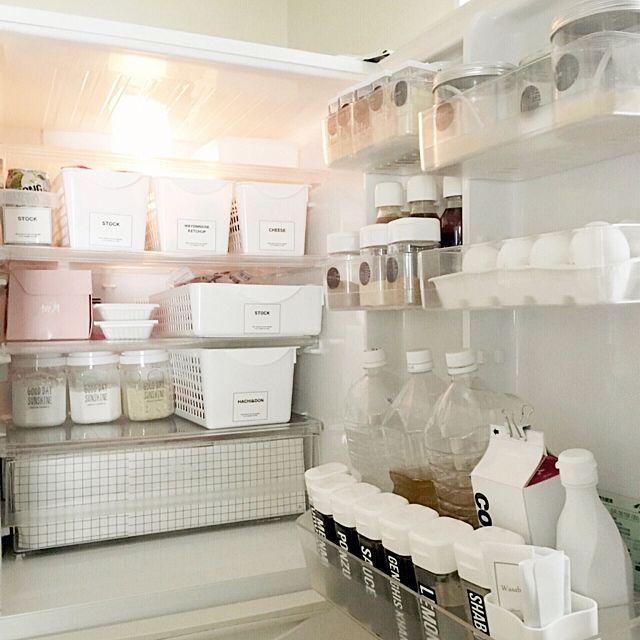 冷蔵庫の中を黒のラベルと白のケースでモノトーンに!調味料やドレッシングも分かりやすく整理整頓されていますね。