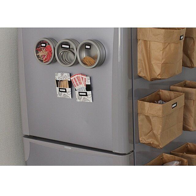 マグネットケースを冷蔵庫にピタッと貼り付けて、お弁当のピックや輪ゴムなどを収納しています。側面はレジ袋を貼り付けて、ポケットティッシュなどを整理しているそうです。