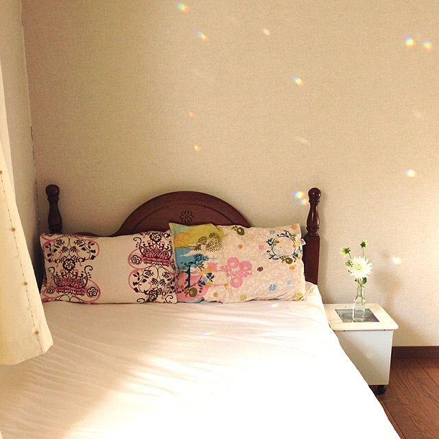 ベッドの横に白のダリアを置くと清楚な雰囲気を演出できます。ダリアがあるだけで爽やかさもプラスできますね。