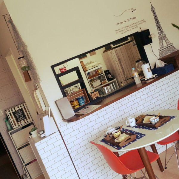 フレンチスタイルのカフェ風キッチンの前で食事をとるなら、雰囲気もパリ風を味わいたいですよね。フレンチトーストとカフェオレの食事には、エッフェル塔を添えて。