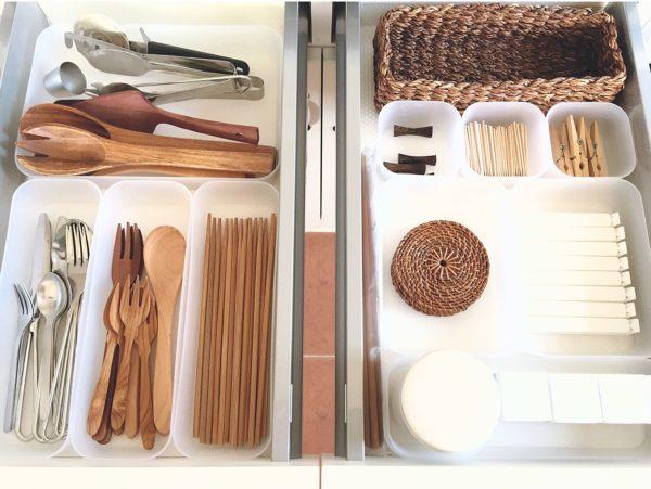 楊枝やクリップなどの小物アイテムまできっちりと収納された、気持ちの良い引き出し収納です。容器はセリアのケースから様々な大きさの物を組み合わせて使用しています。