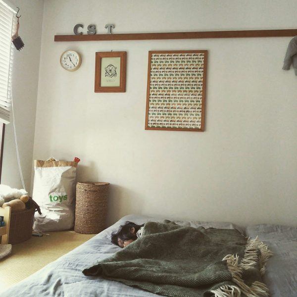木のぬくもりを感じるフレームが印象的な寝室のテイストを壊さないで置けるリキクロック。ブラウン系のカラーもしっくりきます。