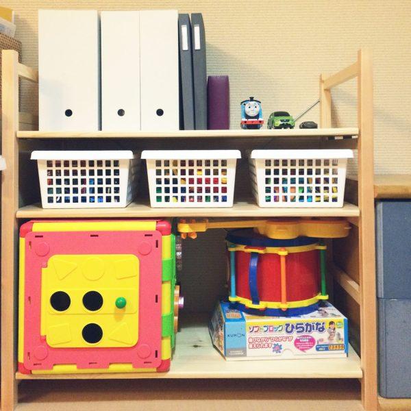おもちゃ棚にもファイルスタンド。形がバラバラな絵本なんかを隠すのにもいいですよね。