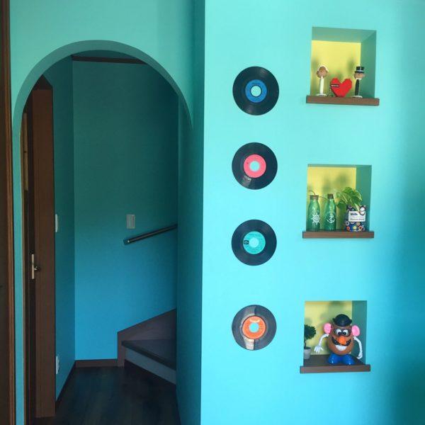 ハッとするような鮮やかなブルーの壁にレコードをかけてアクセントに!あえてジャケットから出したディスクのレーベルの色を楽しむ演出が面白いですよね。
