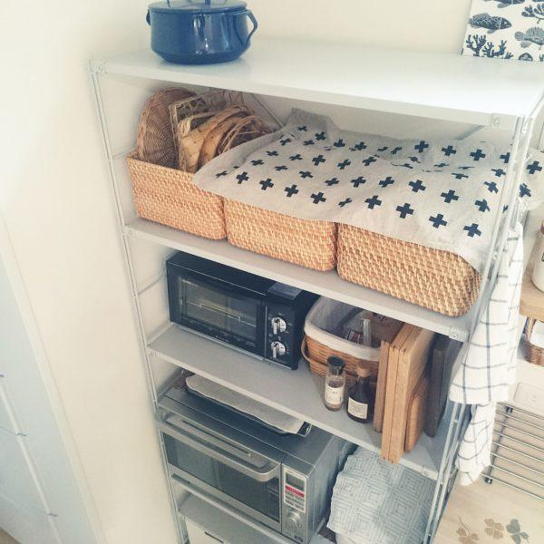 キッチンの棚は、どうしても家電が多く無機質な見た目になりがち。こちらは、バスケットを置くことで自然素材ならではやわらかさが加わり、フキンもいいアクセントに。