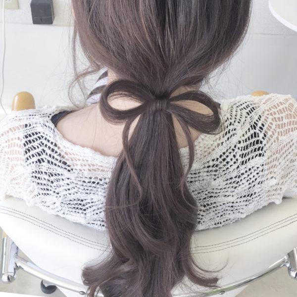 自分の髪でリボンを結い上げたヘアスタイル。自分でやるのは少しテクニックがいるので、ぜひサロンでのセットなどで挑戦してみてください。