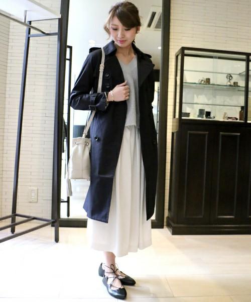 定番カラーの黒を使ったコーデをご紹介しますね。こちらは白のフレアスカートにネイビーのトレントコートを羽織ったキチンと感のあるコーデ。