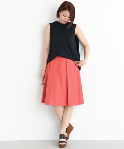 春に咲くチューリップを思い出させてくれるようなきれい色のフレアスカートを、シンプルなブラックノースリーブトップスでコーディネート。スカートを主役にしてとことんシンプルに仕上げ。肌寒い春はカーディガンを肩掛けにして。