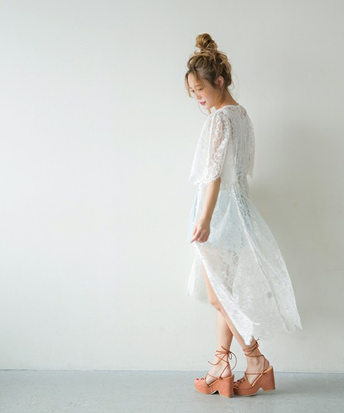 ◆one after another NICE CLAUP ロングガウンワンピース ¥6,372 ワンピースとしても着ることができるナイスクラップの人気レースガウン。お手頃なプライスとゆったりとしたシルエットが人気の秘密。ネックラインが着やせして見せてくれるV字というのもポイントです。同じデザインでデニム地とジョーゼット地もあります。