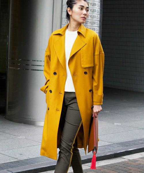春は明るい色がトレンドになると言われています。秋物のコートでもマスタードカラーは春も使えますね。
