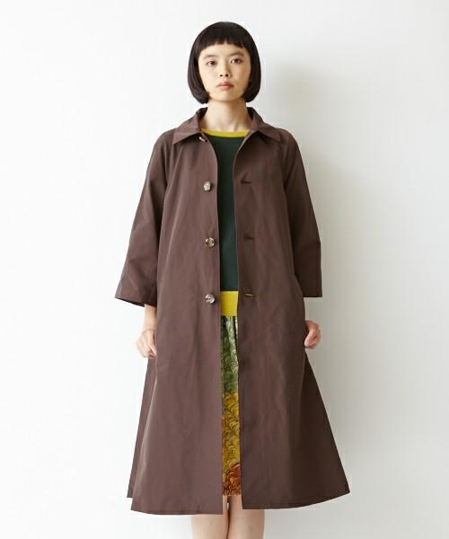 渋めのカラーのコートはインナーを華やかにすると春らしいコーデに。長めの袖をのぞかせたり、フレアスリーブのトップスもOKです。