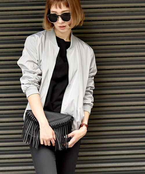 光沢感のあるシルバーカラーのジャケットコーデ。スタイリッシュでクールな雰囲気が素敵ですね。細身パンツと合わせて、シンプルな着こなしに。シルバーカラーなので、洗練されたスタイルに仕上がっています。