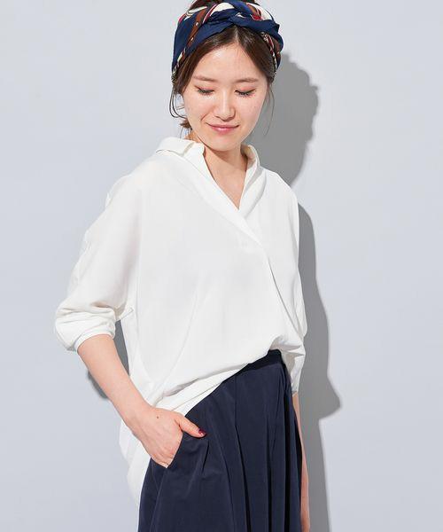 こなれた感じで着こなすクールでスタイリッシュな白シャツ。着心地もとっても気持ちよさそう。シャツの前を少しインするオシャレ上級者テクニックはぜひマネしたい!