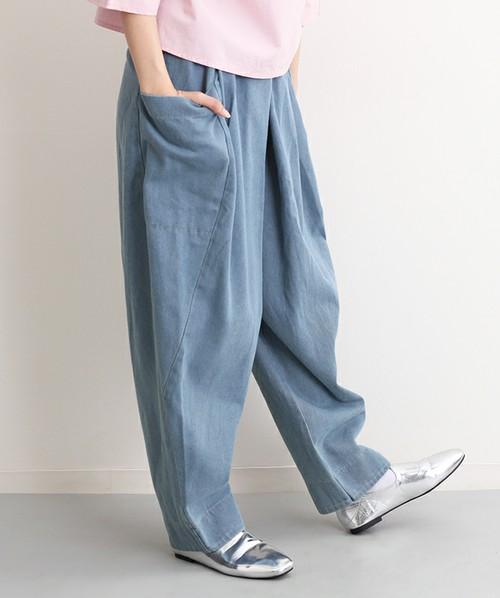 ふんわりシルエットでマニッシュな雰囲気のデニムパンツ♪ゆるいサイズ感が可愛らしいデニムパンツは、サイドにビッグポケットがついています。少し気分を変えたい時に、履くといいですね。個性の強い小物との相性も抜群!