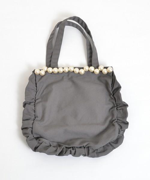 ラブリーなトートバッグ。キャンパス地になっていてカジュアルなのに、上品なパールと可愛いフリルがついたギャップがたまらないバッグ。毎日持ち歩いても飽きのこないデザインがいいですよね♪ありそうでないバッグです。