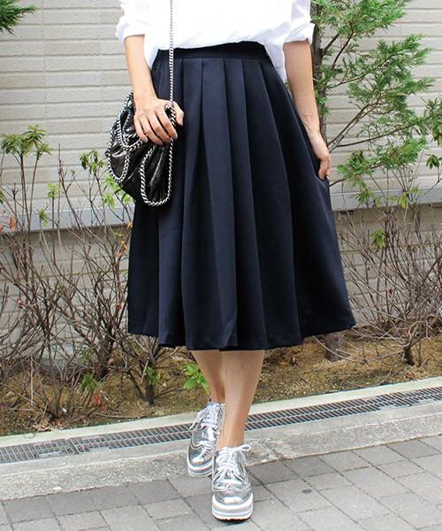 真っ白なシャツとミモレ丈のブラックフレアスカートで、大人のモノトーンコーデに。スカートの素材が軽やかなので春らしい仕上がりになります。袖をまくってさらにエアリーにまとめましょう。靴はシルバーだとトレンド感があります。