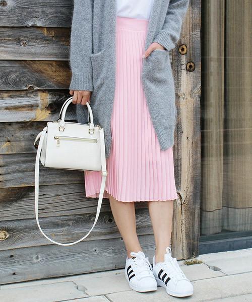 白Tシャツにグレーのロングカーディガン、ピンクのプリーツスカートを使った甘いコーデは、アディダスのスニーカーでカジュアルダウン。白いきれいめのバッグで崩しすぎないように気を付けながら大人可愛く仕上げ。